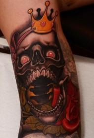 手臂彩色可怕的骷髅与皇冠和玫瑰纹身图案