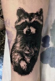 手臂黑白可爱的浣熊纹身图案
