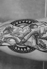 手臂动物头骨与血腥箭纹身图案