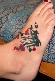 脚背绿色和红色的花朵纹身图案