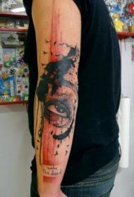 手臂彩色的鸟类和大眼睛纹身图案