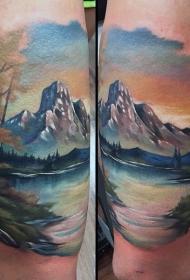 手臂非常美丽的五彩山湖风景纹身图案