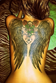 背部黑色的翅膀与红色的玫瑰纹身图案