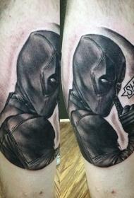 小腿黑灰风格死侍与字母纹身图案