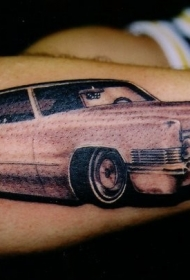 手臂上写实的粉红车纹身图案