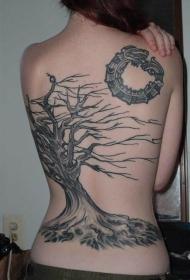 背部黑色枯萎的树纹身图案