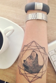 手臂黑色的几何与熊头像纹身图案