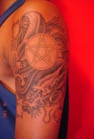 手臂黑灰龙和五角星纹身图案