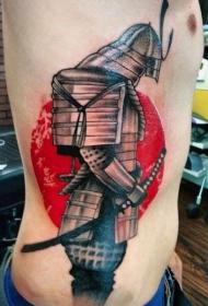 侧肋武士盔甲和红色圆形纹身图案