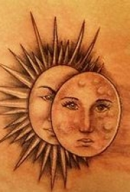 背部太阳和月亮小鸟纹身图案