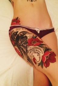 女生大腿鲜艳的花朵与乌鸦纹身图案