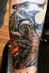 写实的彩绘太空宇航员手臂纹身图案