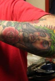 手臂彩色的耶稣肖像和花朵纹身图案