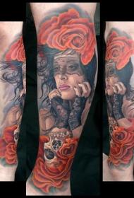 小腿写实风格美丽的女人与玫瑰和骷髅纹身图案