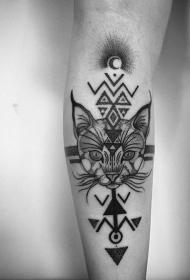小臂神秘的黑色符号与野猫纹身图案