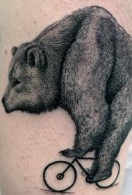 手臂巨大的黑色熊骑自行车纹身图案