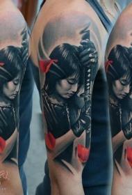 大臂彩色的亚洲女战士和剑纹身图案