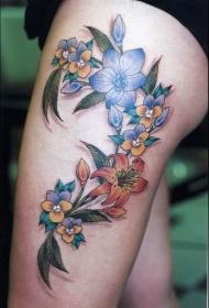 大腿美丽的彩色花朵纹身图案