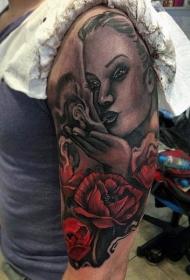 大臂美丽的彩绘女人玫瑰纹身图案