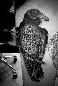 大腿天然黑色的乌鸦与花朵纹身图案