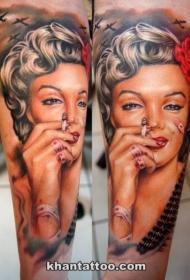 小臂彩色漂亮的玛丽莲梦露肖像与飞机纹身图案