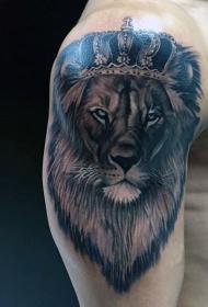 大臂黑白狮子与美丽的皇冠纹身图案