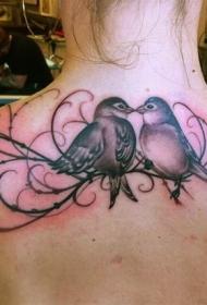 两只鸟与藤蔓背部纹身图案