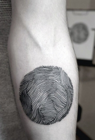 简单的黑色线条圆球手臂纹身图案