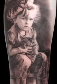 手臂逼真的小女孩肖像与小猫纹身图案