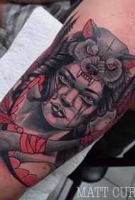 大臂彩色的女人与斧头和狼头盔纹身图案