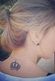 女孩背部灰色的皇冠纹身图案