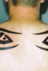 男性背部的部落眼睛纹身图案