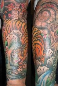 手臂亚洲虎和花卉纹身图案