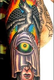 彩色的眼球和乌鸦手臂纹身图案