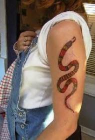 手臂上的彩色小蛇纹身图案