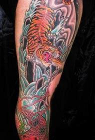 手臂彩色的锦鲤鱼和亚洲虎纹身图案