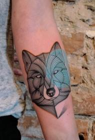 手臂黑色线条狼头和蓝色圆形纹身图案