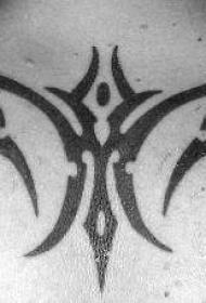 背部部简单的部落符号纹身图案