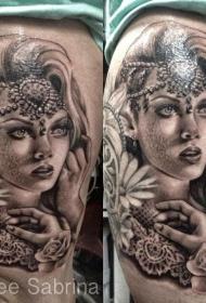 大腿黑色的珠宝与美丽的女人纹身图案