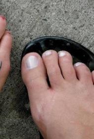 脚背上两只熊爪印纹身图案