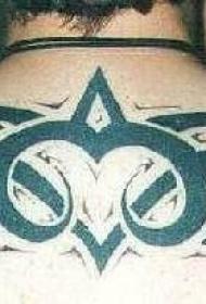 男性背部黑色的部落符号纹身图案