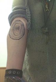手臂写实的黑白树年轮纹身图案
