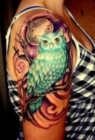 彩色猫头鹰坐在树枝下月亮纹身图案