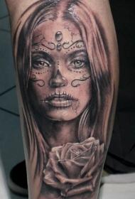 小腿美丽的圣死女郎玫瑰纹身图案