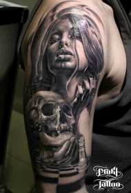 大臂黑灰风格女人与骷髅纹身图案