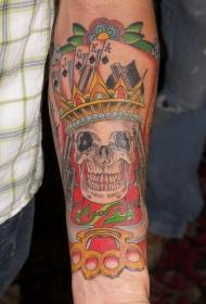 手臂国王骷髅皇冠和扑克牌纹身图案