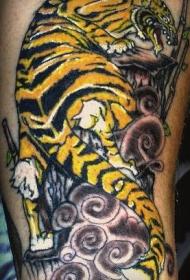 黄色的老虎在岩石上爬行纹身图案