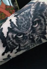 手臂自然的黑白猫头鹰与枫叶纹身图案