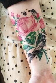 小臂美丽的粉红玫瑰纹身图案