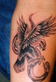 老鹰斗蛇个性手臂纹身图案